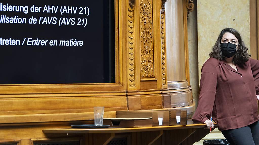 Nationalrätin Tamara Funiciello (SP/BE) verfolgt die Debatte über die AHV-Reform und das höhere Frauen-Rentenalter.