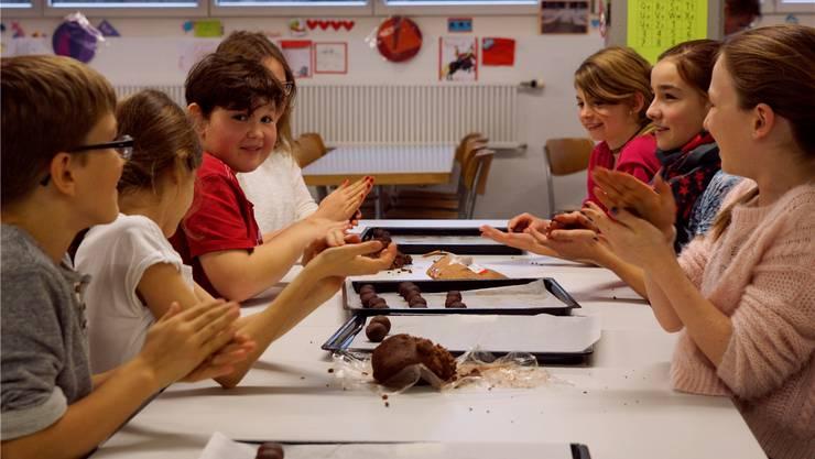 Aus der Schokoladenmasse entstehen süsse Igeli – da braucht es viel Disziplin, um nicht ab und zu zu Naschen.