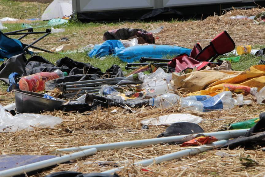 Leere Petflaschen und kaputte Campingstühle am OASG (Bild: Lara Abderhalden)