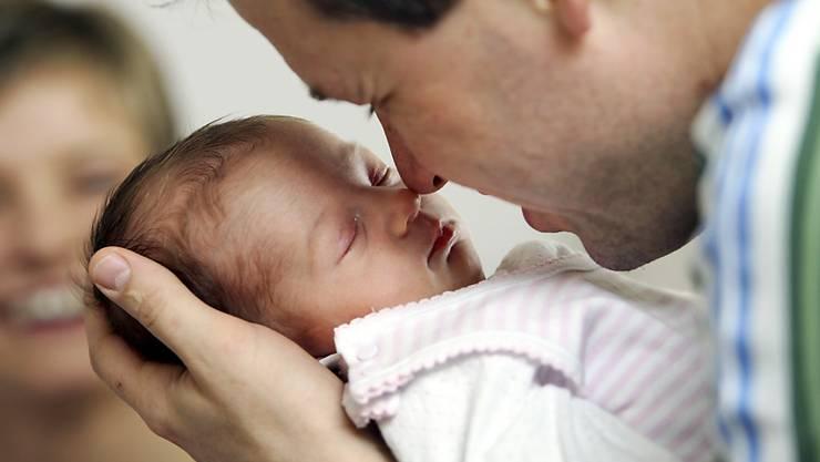 Eine vernünftige Elternzeit sorge für einen gleichberechtigten Start ins Familienleben. (Archivbild)