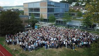 Die Badener Kanti-Schüler halten zum Start des «Lesejahrs» fürs Drohnenfoto ihre Bücher in die Höhe. (Archiv)