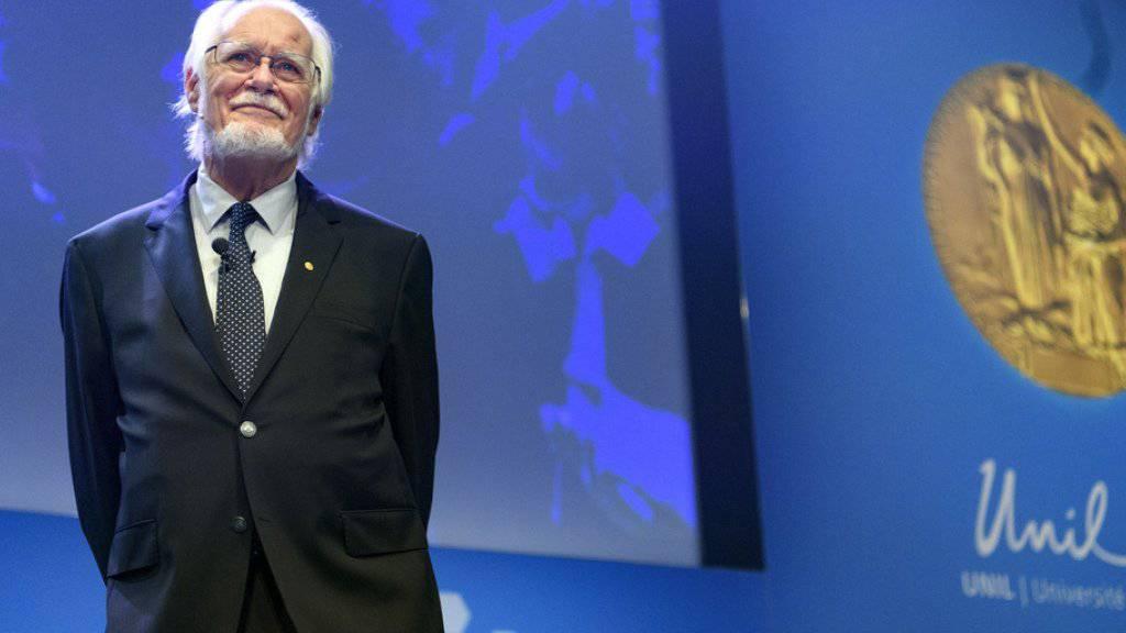 Der Waadtländer Jacques Dubochet, Gewinner des Nobelpreises für Chemie, lässt sich an der Universität Lausanne für seine Auszeichnung feiern.