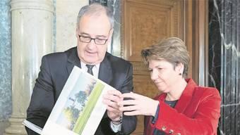 Guy Parmelin bei der Departementsübergabe des VBS an Nachfolgerin Viola Amherd.