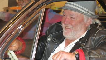 Performancekünstler Santhori fährt mit einem Cadillac ins Festzelt ein. Auf dem Rücksitz liegt die Edition «Miami 63». Matthias Steimer