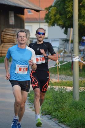 Die Spitzenläufer Michel Meyer (links) und der nachfolgende Sieger Roger Nachbur rund 500 Meter vor dem Ziel.