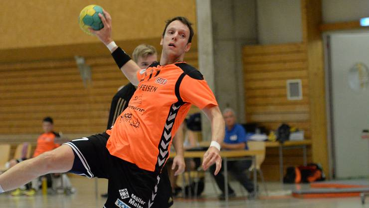 Handball NLB: TV Birsfelden – TV Möhlin am 14. Sept. 2016 in der Sporthalle Sternenfeld, Birsfelden Möhlins Nr. 17 Marcus Hock als sicherer Penalty-Schütze Foto: Uwe Zinke 14. 9. 2016