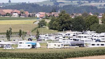 Der Hintergrund des Prozesses: Auf einem Feld bei Wileroltigen BE (hinten) hielten sich im Sommer 2017 bis zu 500 ausländische Fahrende auf. (Archivbild)