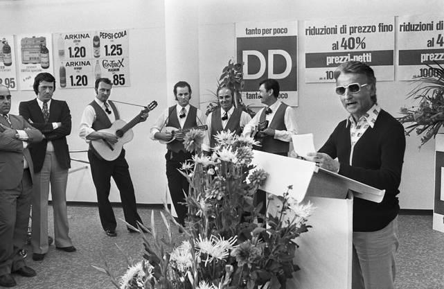 Im Bild: Am 9. August 1973 eröffnet Karl Schweri (rechts) mit volkstümlichen Klängen in Mendrisio den 100. Denner-Superdiscount.