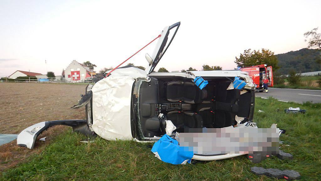 Das Auto hatte sich mehrmals überschlagen, bevor es im Wiesland zum Stillstand kam.