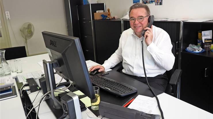 Viele Telefone für die Fête des Vignerons: Werner Malär von der Zürcher Staatskanzlei in seinem Büro.