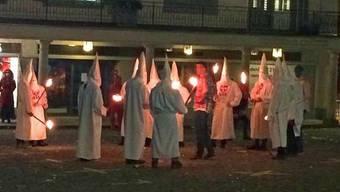 Eine Fasnachts-Gruppe in Ku-Klux-Klan-Kutten in Schwyz.