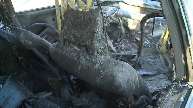 Das ausgebrannte Auto raucht noch, als es bereits aus dem Tunnel geschleppt ist.