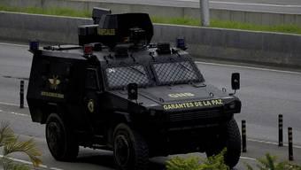 Einheiten des venezolanischen Geheimdienstes gehen in Junquito in Stellung gegen Aufständische.