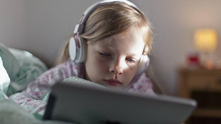 Der Eindruck täuscht: Schweizer Kinder spielen lieber oder sind mit Freunden zusammen, als dass sie gamen oder im Internet surfen, wie eine am Montag veröffentlichte Studie zeigt. (Archivbild)