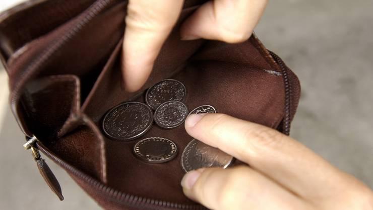 Die Jugendlichen fragten nach Wechselgeld, dann schlugen sie dem Taxifahrer das Portemonnaie aus der Hand. (Symbolbild)