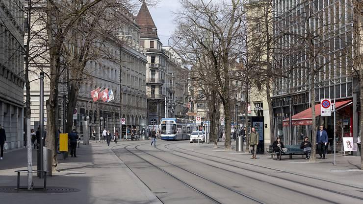 Geschlossene Geschäfte an der Zürcher Bahnhofstrasse im März 2020. Die Corona-Pandemie hat die Wirtschaft in die Krise gestürzt. Im Kanton Zürich wurden nun Hilfsmassnahmen verlängert. (Symbolbild)