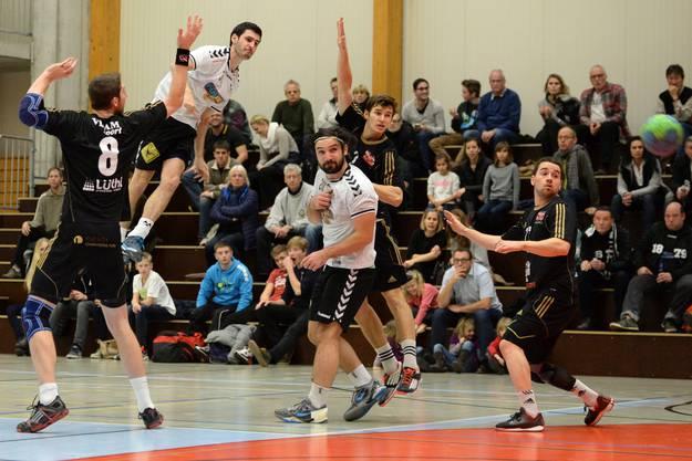 Basels Ivan Golubovic mit ausserordentlicher Sprungkraft.