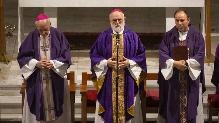Carlos Eugenio Irarrázabal (ganz rechts) tritt nach nur 24 Tagen als Weihbischof von Santiago wieder zurück.