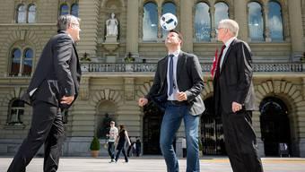 Politische Gegner für einmal vereint Eric Nussbaumer (SP), Marcel Dobler (FDP) und    Thomas Minder (parteilos) beim gemeinsamen Spiel in Bern.