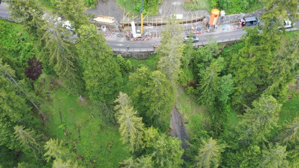 Bei dieser Baustelle sprang der 28-Jährige über die Stützmauer und landete verletzt in schlecht zugänglichem Gelände.