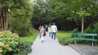 Die Natur als Teil der Lebensqualität: Die Teilnehmer bestaunen den Boveri-Garten.