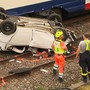 Am Samstagmorgen kam es bei Oberuzwil zu einem folgenschweren Unfall. Eine 19-jährige Frau kam aus noch ungeklärten Gründen von der Fahrbahn ab und stürzte zwischen Uzwil und Flawil auf die Bahngleise. Danach kollidierte das Auto mit einem SBB-Zug. Die Frau wurde dabei schwer verletzt.