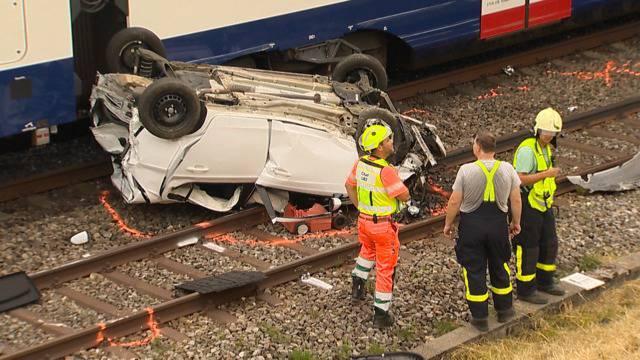 Schwerverletzt: Junge Frau stürzt mit Auto auf Bahntrassee
