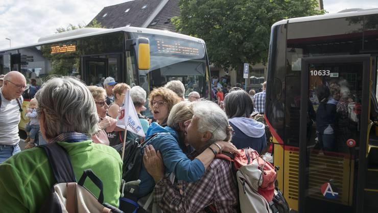 Um 9:45 brachten zwei Postautos die Leserwanderer von Brugg zum Treffpunkt in Villnachern.
