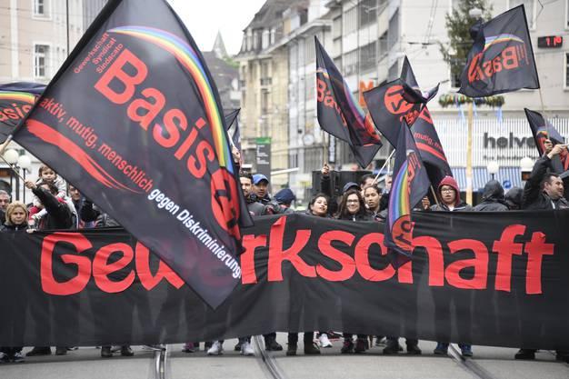 Zu Hunderten gehen sie auf die Strasse und marschieren durch Basel.