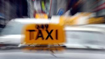 Bei dem Überfall prallte das Taxi gegen eine Hauswand