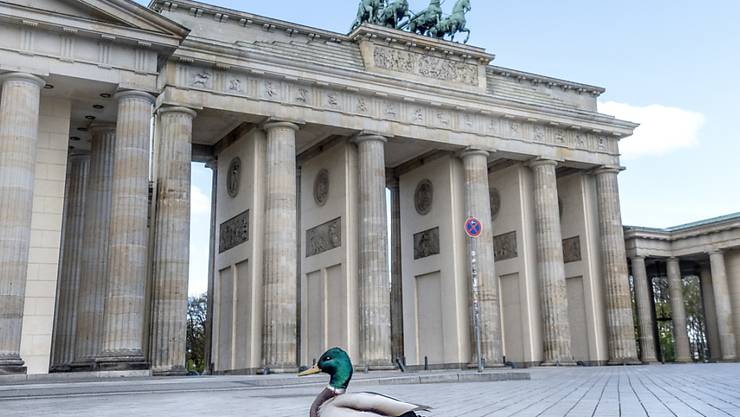 Auch Deutschland lockert einige Massnahmen, die gegen die Ausbreitung des Coronavirus erlassen worden sind. Sie betreffen unter anderem Spielplätze und Gotteshäuser. Die meisten Schüler und Kita-Kinder müssen allerdings noch eine Weile zuhause bleiben. (Archivbild Brandenburger Tor)