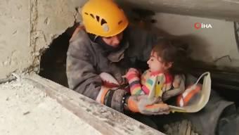 Thumb for '24 Stunden nach dem Beben: Mädchen aus Trümmern gerettet'