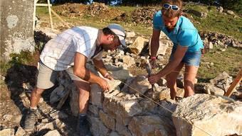 Viele Freiwillige helfen beispielsweise, alte Trockenmauern wieder herzurichten.