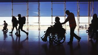 Weil mehr ältere Menschen reisen, wird der Rollstuhldienst der Flughäfen mehr genutzt.