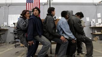 Flüchtlinge warten an einem US-Grenzposten auf die Einreise ins Land. (Archiv)
