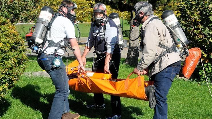 Simulierte Rettung durch Besucher mit Atemschutzgeräten.