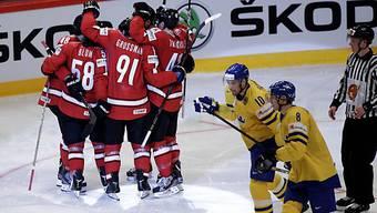 Die Schweizer jubeln nach dem 1:0, die Schweden sind konsterniert.