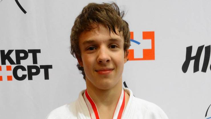 Julian Bersnak freut sich über seine Goldmedaille.
