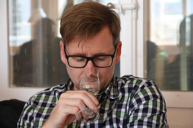 Kofmehl-Barchef Patrick von Däniken völlig im Whisky versunken