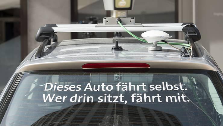 Auch wenn Autos künftig womöglich selber fahren: Noch müssen Autolenker jederzeit innert Sekunden eingreifen können und entsprechend bereit sein. (Symbolbild)