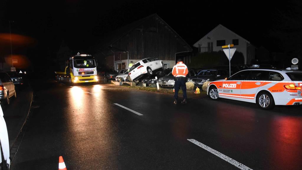 Der Fahrer flog mit seinem Auto mehrere Meter weit.