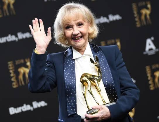 2018 - Liselotte Pulver freut sich über die Auszeichnung für ihr Lebenswerk bei der 70. Verleihung des Medienpreises Bambi in Berlin.