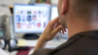 Peter M. verbrachte unzählige Stunden an seinem Computer, um illegal heruntergeladene Kinderpornos zu konsumieren. Themenbild KEYSTONE