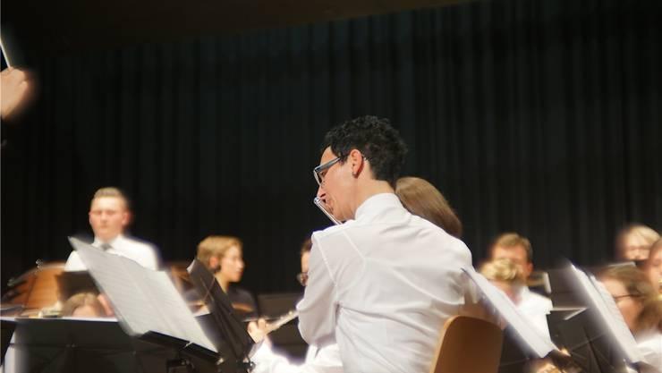 Der Musikverein Merenschwand setzt für sein Jahreskonzert alles auf eine Karte: Nicht Hose, sondern vielmehr Rock. zvg