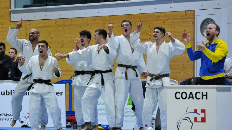 Der Jubel ist grenzenlos. Die Mannschaft bejubelt den Sieg von Simon Gautschi im Final gegen Uster zum 6:1-Endstand.