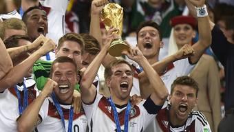 Philipp Lahm (mit Pokal) tritt per sofort aus der deutschen Nationalmannschaft zurück.