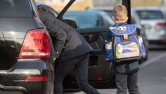 Elterntaxis führen zu mehr Verkehr. Das gefährdet Schulkinder zusätzlich. (Symbolbild)