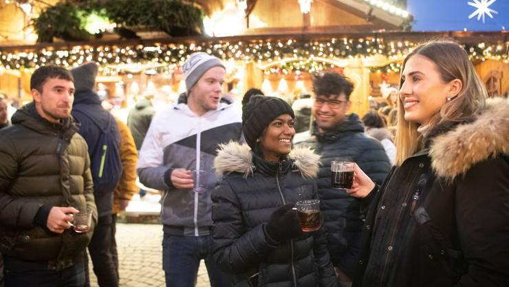 Für Glühwein geben die Leute am Weihnachtsmarkt am meisten Geld aus.