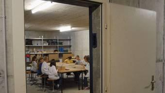 Werken im Luftschutzkeller: Schon heute ist der Schulraum in Birrhard knapp. (wal)