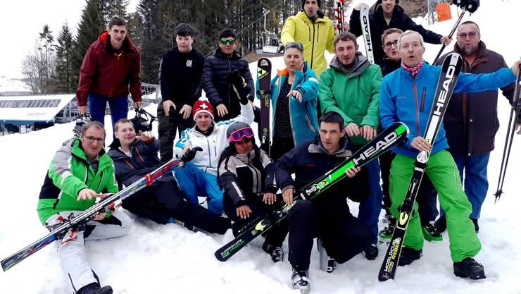 Teilnehmer vom Schneesporttag nach der letzten Abfahrt